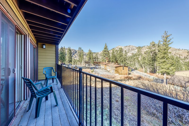 Charming condo with mountain views, less than mile from Alpine Meadows Chalet in Squaw Valley