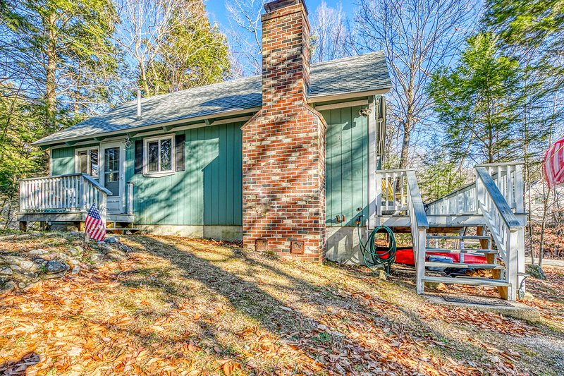 Wood-accented home w/ large deck, gas grill, wood fireplace & kayaks!, vacation rental in Tuftonboro