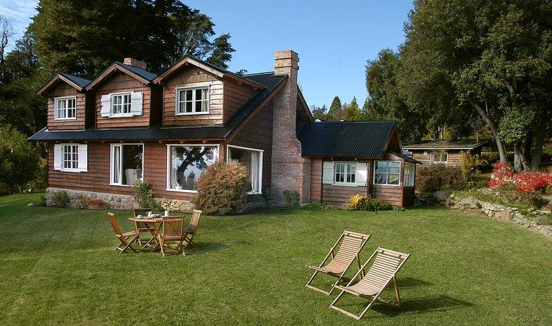 Beautiful Cabin with 3 Hectares of Private Parkland, alquiler vacacional en San Carlos de Bariloche