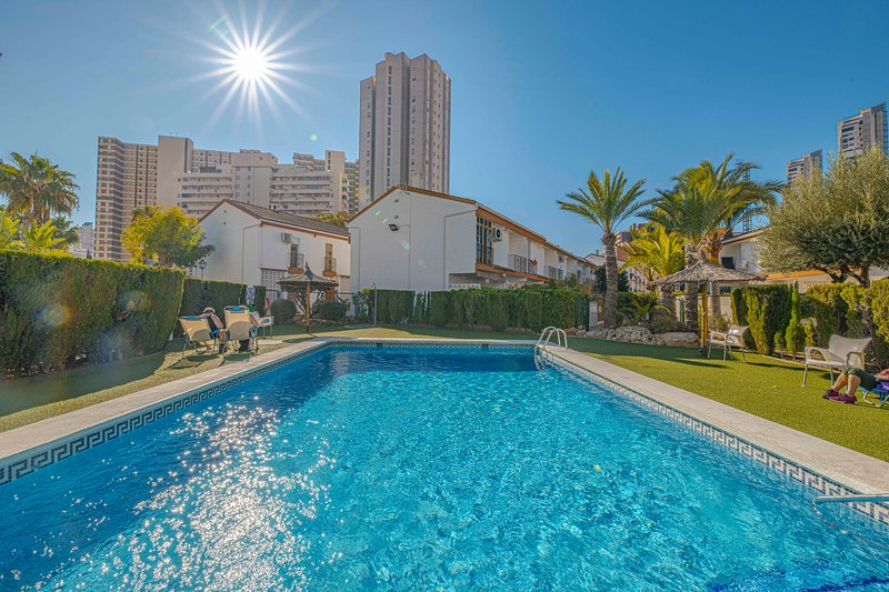 Modern Town House at Levante Beach, Swimming Pools, WiFi, Air Con, UK TV, location de vacances à Benidorm