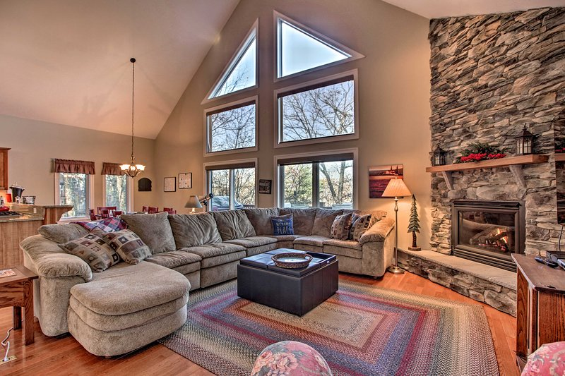 Blue Ridge Home with Mtn Views & On-Site Skiing!, vacation rental in Montebello