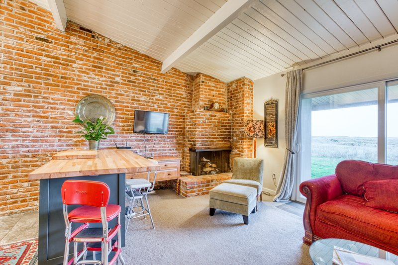Oceanfront condo with gorgeous views, full kitchen and wood fireplace!, vacation rental in Gearhart