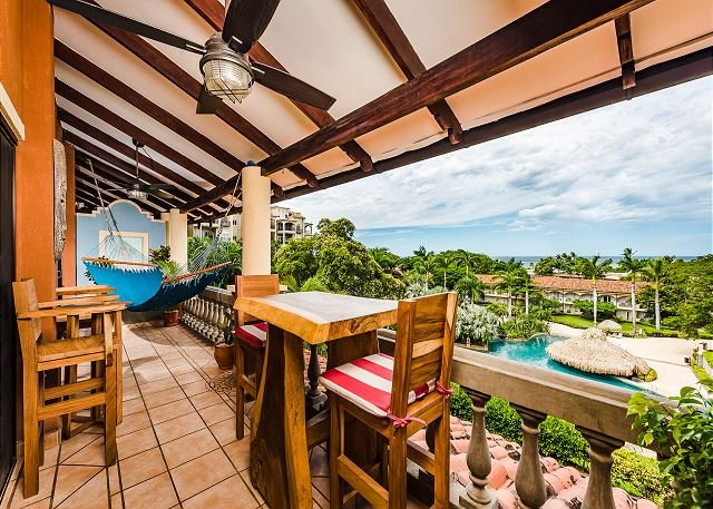 Remodeled condo just steps from the beach in the center of Tamarindo, alquiler de vacaciones en Villarreal