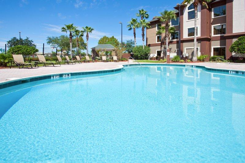 Mergulhe na adorável piscina externa em um dia quente.