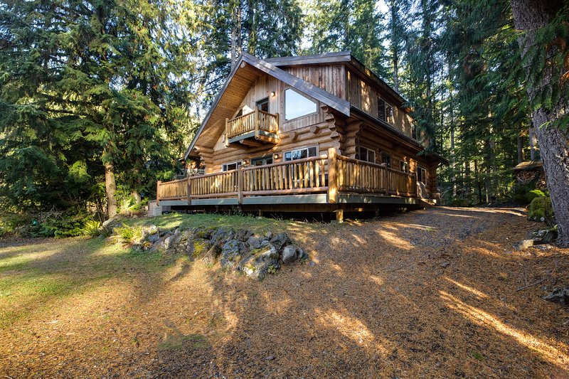 Snowline Cabin #33 - A Stunning Family Log Home With a Hot Tub and Wifi!, casa vacanza a Glacier