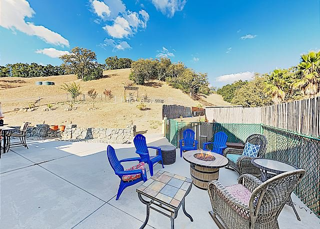 Modern Wine Country Retreat with Private Hillside Pool & Firepit, vacation rental in Templeton