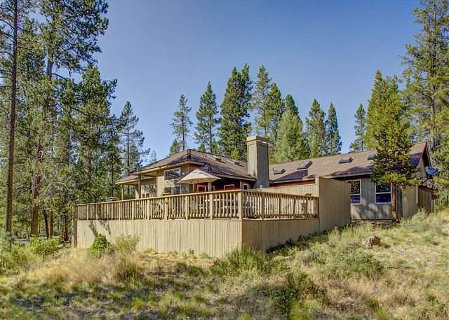 Stunning Retreat with Huge Hot Tub & Deck | 10 SHARC Passes, 2 Master Suites, vacation rental in Sunriver