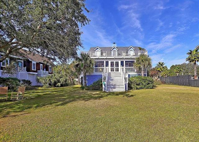 Charming 2,704 Square Foot Beach Home w/ Balconies & Lush Yard, location de vacances à Sullivan's Island