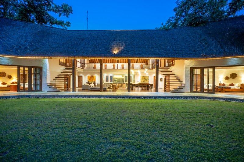 7 Bedroom Villa Tirtadari by Nakula, holiday rental in Kerobokan Kaja