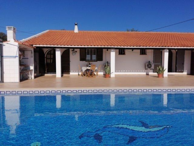 Grande piscine sont terrasse avec barbecue, douche extérieure et de belles vues