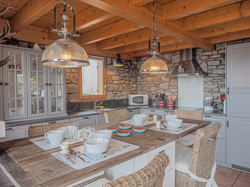 The Hunting Lodge is a 10p chalet situated directly on the piste, holiday rental in Peisey-Vallandry