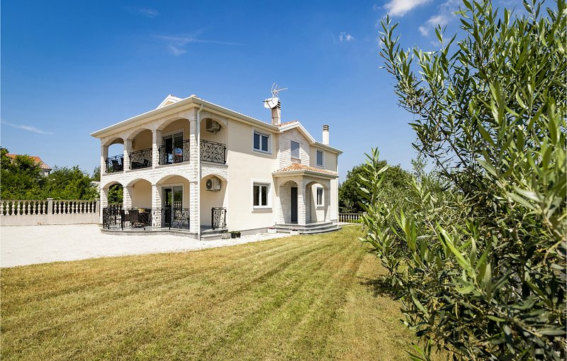 Nice home in Buje with WiFi and 2 Bedrooms (CIU735), location de vacances à Momjan