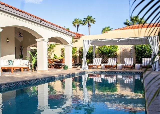 Lounge in piscina con stile