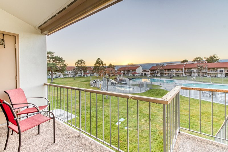 Two-story condo w/ a deck overlooking the shared pool & hot tub, location de vacances à Quincy