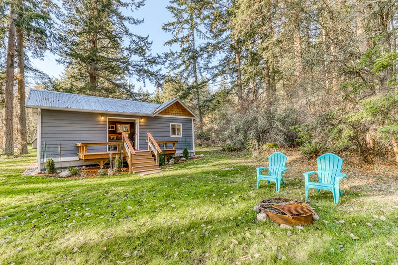 New listing! Secluded cottage w/ kitchenette, Free WiFi, & firepit!, location de vacances à Greenbank