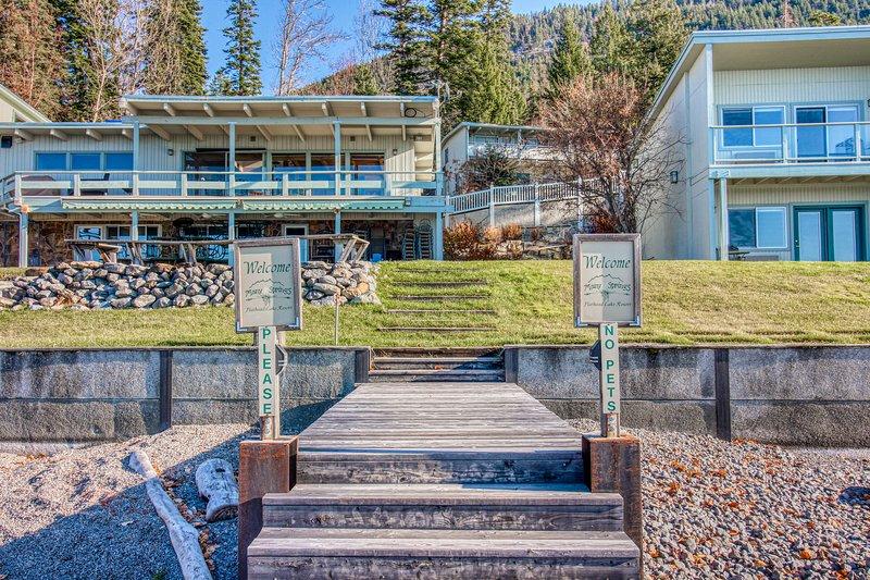 Spacious lakefront condo w/ jetted tub, stunning bay views, & dock access!, aluguéis de temporada em Rollins