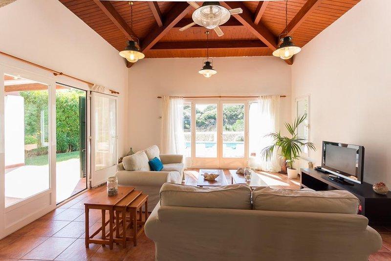 Sala de estar con salida directa a la piscina y a la zona de comedor exterior