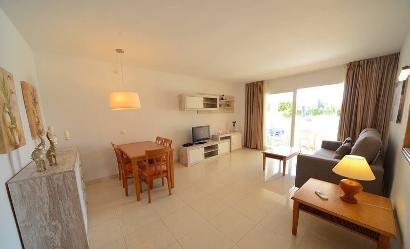 CALA BONA SON FLORIANA APT1, SPACIOUS, MODERN 2 BDMS/BTH, POOL, N BEACH, WIFI, vacation rental in Costa De Los Pinos