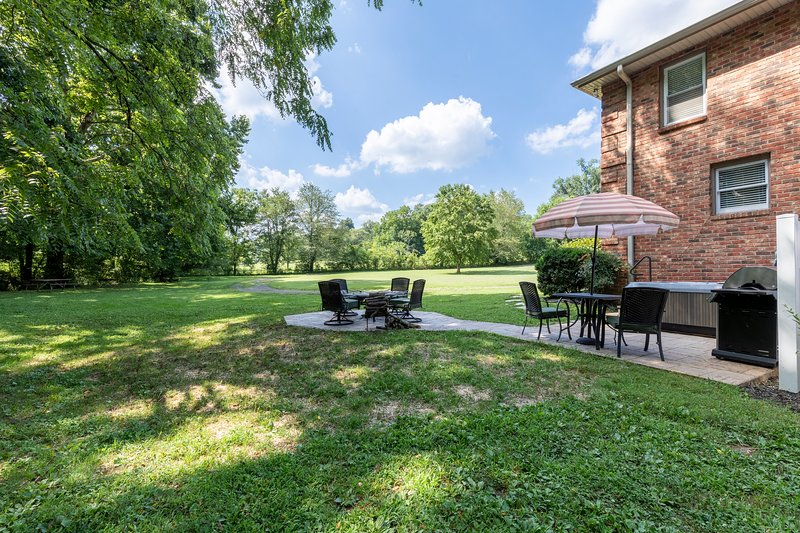 Executive Country Guest Home with Private Hot Tub, casa vacanza a Millersville