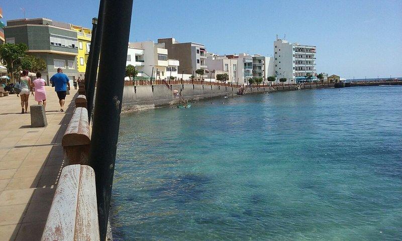 Beautiful apt near the beach & Wifi, holiday rental in El Burrero
