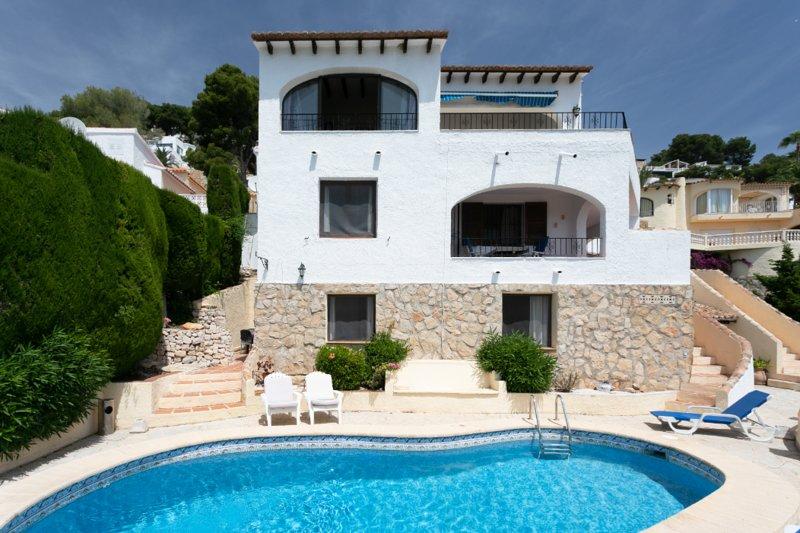 Pretty apartment in villa style setting with sea views and pool near Moraira, location de vacances à Benissa