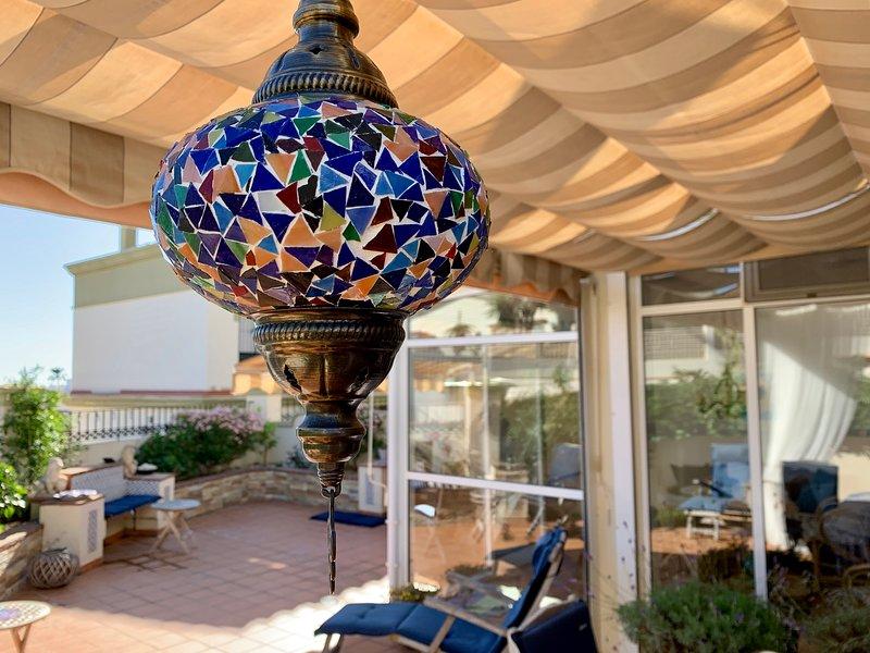 Stort hörnhus med havsutsikt, gemensam pool och fin trädgård, vacation rental in Torre del Mar