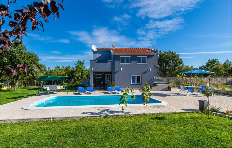 Stunning home in Turjaci with WiFi, 4 Bedrooms and Outdoor swimming pool (CDC183, location de vacances à Sinj