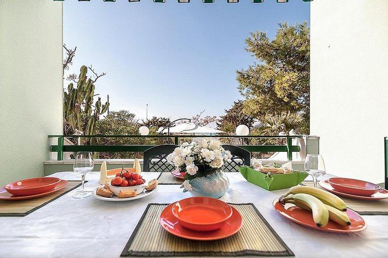 Baia Verde Apartment Sleeps 7 with Air Con - 5821530, Ferienwohnung in Baia Verde