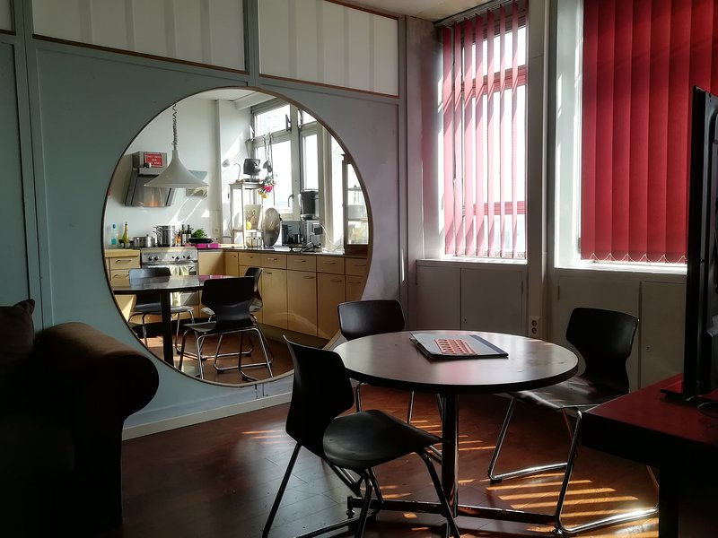 ROOM 404 (pour groupes) 10-places / Camp-in-Ghostel / CHARLEROI / PROVIDENCE, holiday rental in Gerpinnes