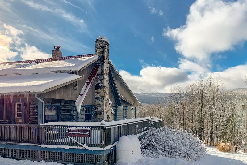 New listing! Ski-in/ski-out, family-friendly cabin w/ a full kitchen, fireplaces, location de vacances à Frelighsburg