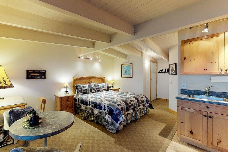 Lakefront studio w/ flatscreen TV, bay/mtn views, & access to dock & boat slip!, vacation rental in Rollins