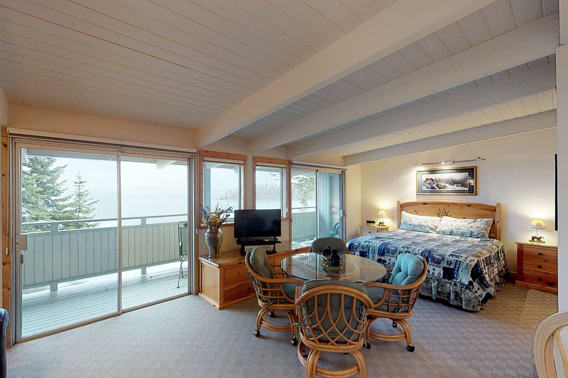 Studio condo w/ jetted tub, dock access, lake/mtn views, & flatscreen TV!, vacation rental in Rollins