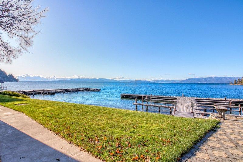 Inviting studio w/ lake & mountain views, access to shared dock, & boat slip!, aluguéis de temporada em Rollins