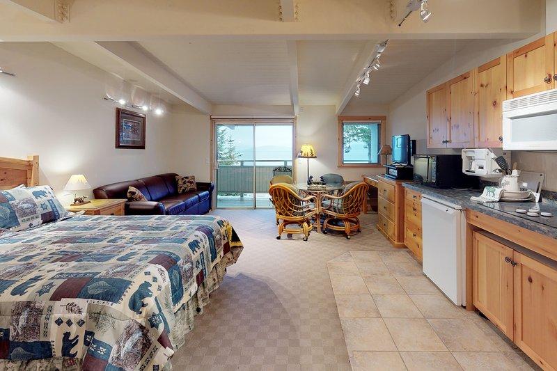 Lakefront studio w/ water views, private balcony, dock & boat slip access!, aluguéis de temporada em Rollins