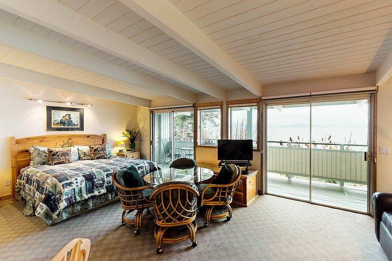 Studio condo on Flathead Lake w/water & mtn views, shared dock, & jetted tub!, aluguéis de temporada em Rollins