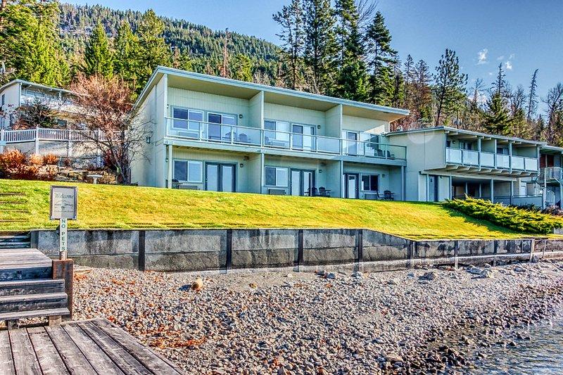 Two-studio condo w/ stunning lake views, and shared docks, boat slips,  lawn!, aluguéis de temporada em Rollins