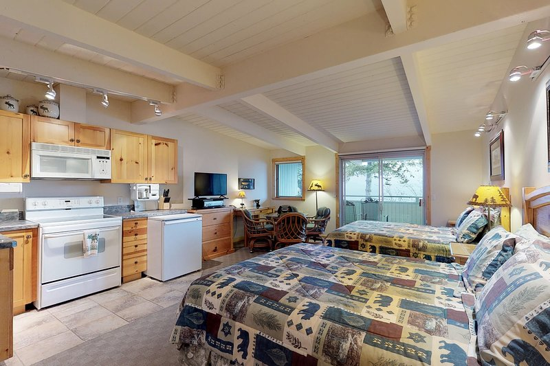 Delightful lakefront studio w/water views from balcony, and shared dock, vacation rental in Rollins