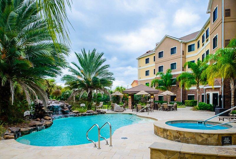 Prenez le soleil dans la piscine extérieure.