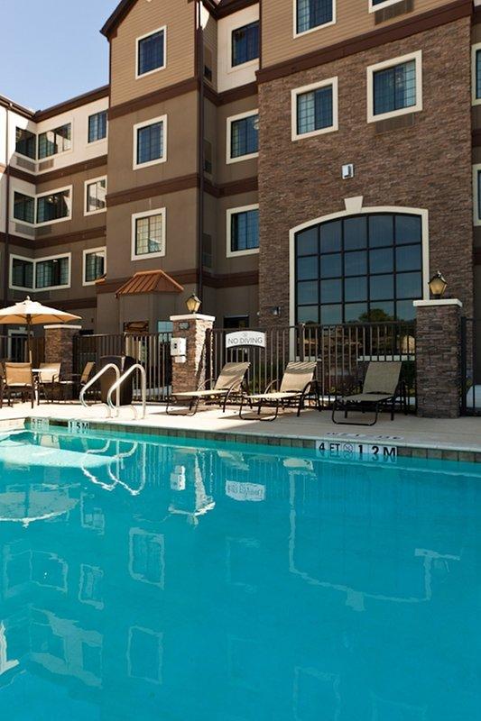 Lounge intorno alla piscina all'aperto.