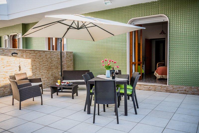 Casa spiaggia e negozi raggiungibili a piedi m508, holiday rental in Scala di Furno