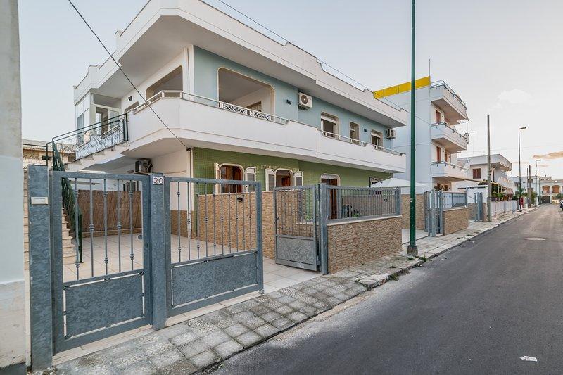 Appartamento spiaggia e servizi a piedi m509, holiday rental in Scala di Furno
