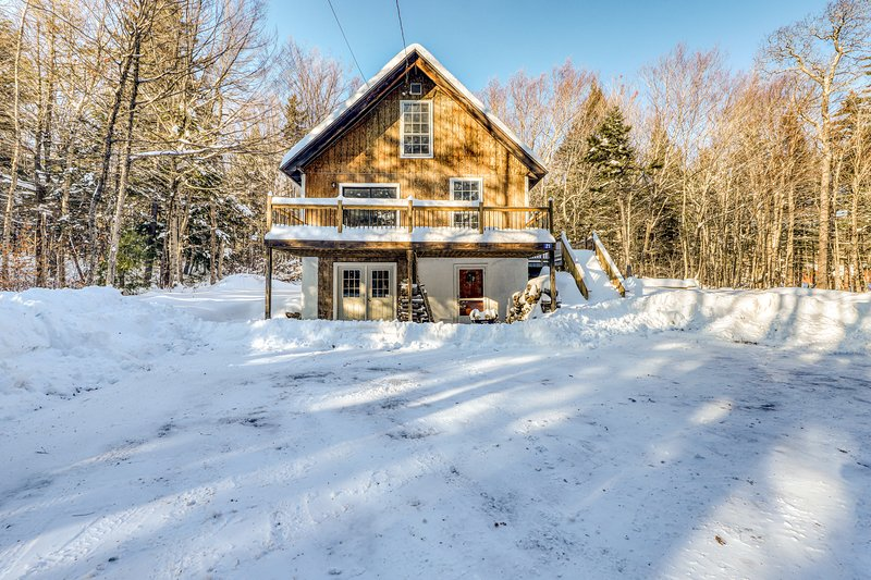 Family and dog-friendly cabin w/private hot tub, firepit, lawn, and deck!, vacation rental in Wardsboro