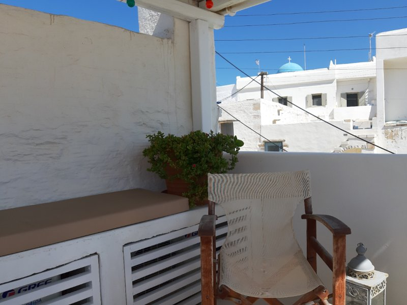 Traditional stone house with terrace in Parikia old town, 50 meters from the sea, location de vacances à Krotiri