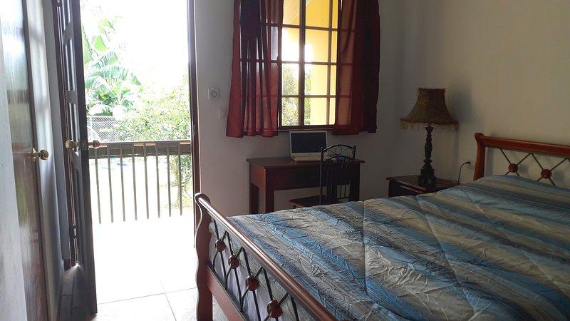 Les appartements Boquete disposent d'une cuisine privée, d'une salle de bains, d'une terrasse et d'une chambre avec un lit queen-size. & WiFi