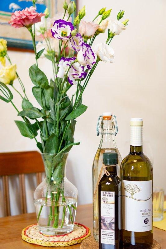 Somos amantes de la gastronomía y nos encanta consentir a nuestros huéspedes con aceite de oliva y vino locales. :)