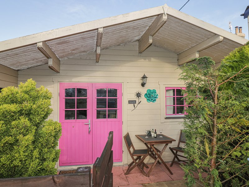 THE LOG CABIN, detached lodge, energy-efficient, WiFi, in Bushton, Ref 22948, holiday rental in Royal Wootton Bassett