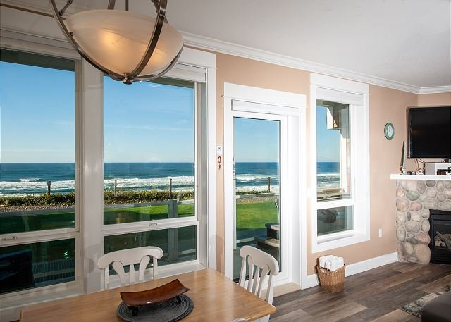 Pacific Escape - Corner Oceanfront Condo, Private Hot Tub, Indoor Pool, Wifi!, holiday rental in Lincoln City