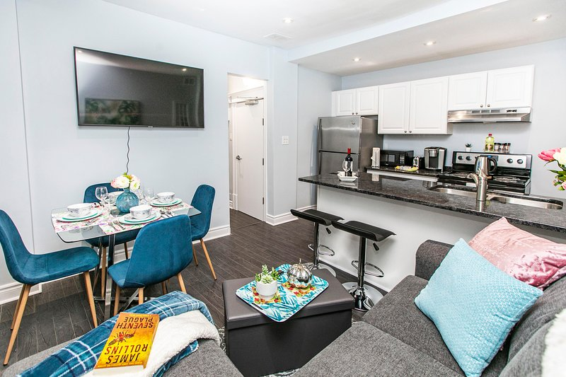 Newly Renovated - Modern 2BR - Steps to Little Italy!, location de vacances à Stittsville