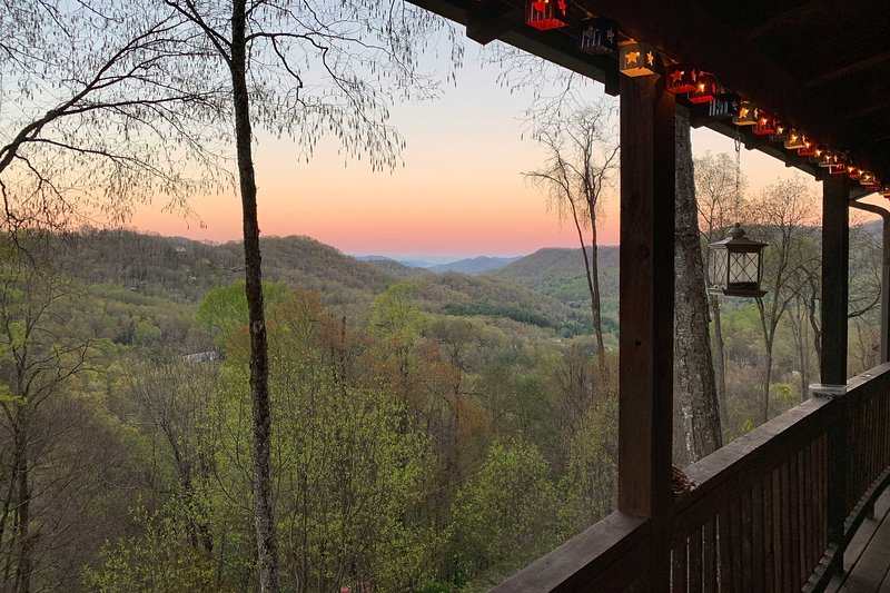 Peaceful Maggie Valley Cabin w/Panoramic Mtn Views, vacation rental in Maggie Valley