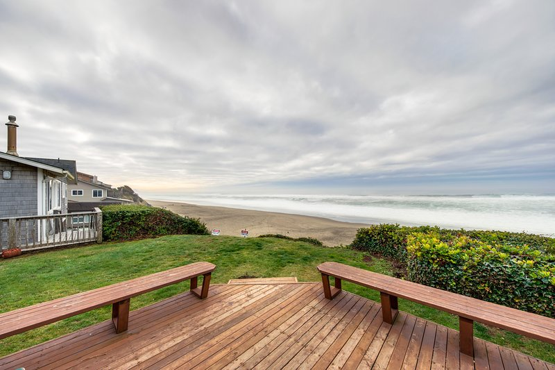 Dog-friendly oceanfront home w/ easy beach access & large deck + walk to park!, vacation rental in Gleneden Beach